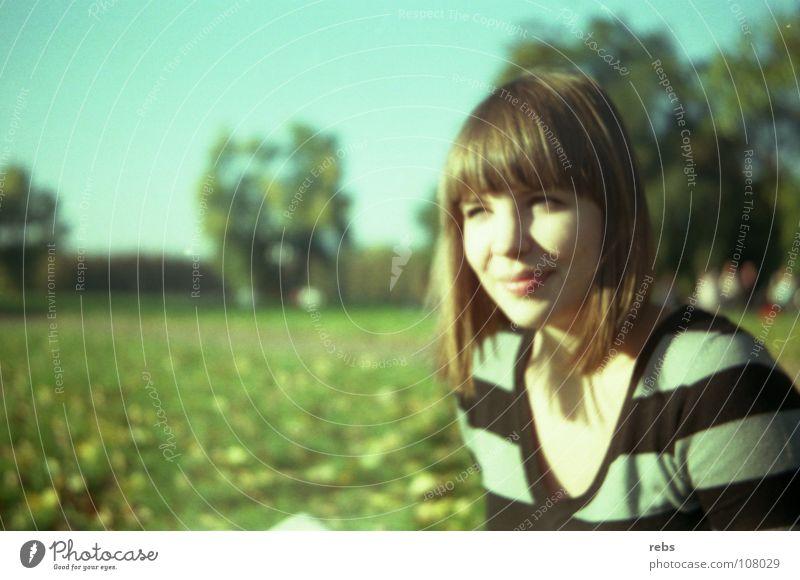 damals wie heute Sommer Frühling Herbst Frau Streifen Park grün Baum Unschärfe Stimmung Farbe Himmel lachen Blick