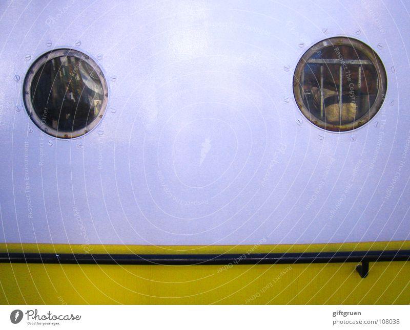 punkt, punkt, strich - fertig ist das mondgesicht! Wasser weiß gelb Fenster Wasserfahrzeug Mund Glas rund Hafen Geländer Schifffahrt Mensch Stab Schiffsdeck Bullauge