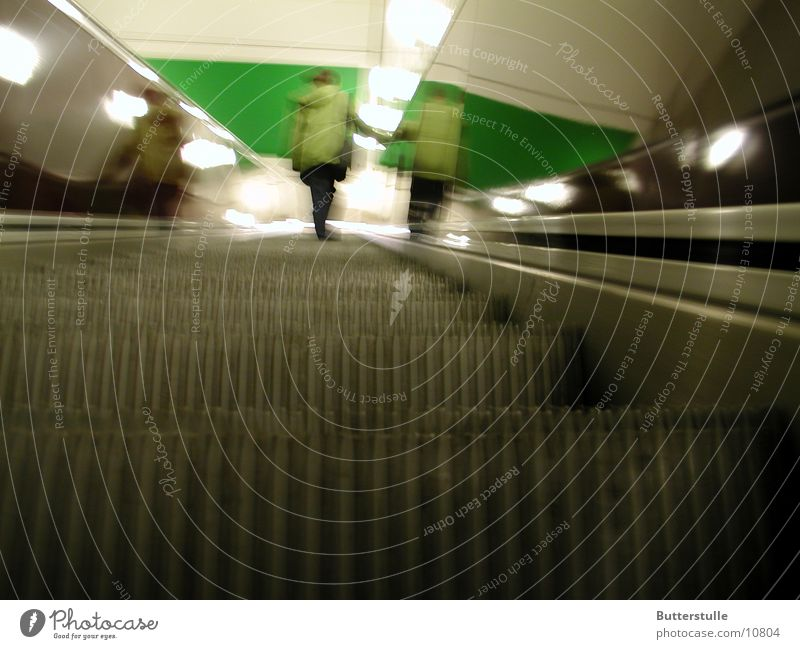 rauffahren Verkehr U-Bahn Bahnhof aufwärts Rolltreppe