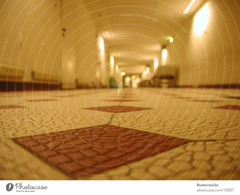 Flurblick Architektur Perspektive Bodenbelag Fliesen u. Kacheln Krankenhaus Gang Fluchtpunkt