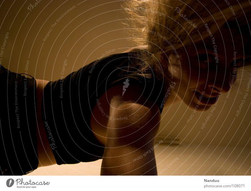 verdreht Frau Erwachsene Gesicht dunkel Sport Gesundheit Rücken Arme drehen Schulter krabbeln Muskulatur biegen Oberarm verrenken Bizeps
