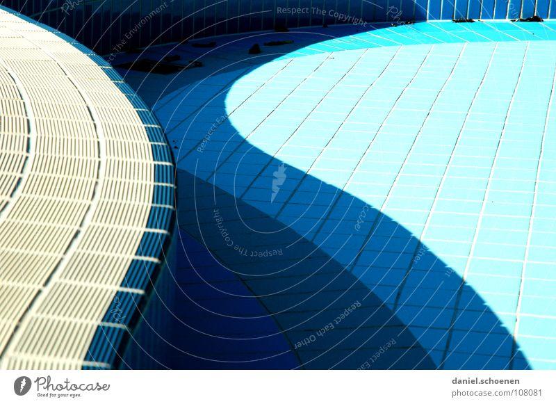 neulich im Freibad 4 abstrakt Hintergrundbild Schwung geschwungen zyan hell-blau Abfluss leer Detailaufnahme Wasser Herbst Schatten Fliesen u. Kacheln Linie