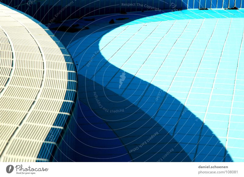 neulich im Freibad 4 Wasser blau Farbe Herbst Linie Hintergrundbild leer Fliesen u. Kacheln zyan Abfluss Schwung geschwungen Schwimmbad abstrakt hell-blau