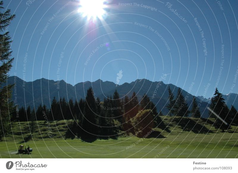 Golfplatz Mittenwald grün Baum Wiese Berge u. Gebirge Sonne blau Schatten Himmel