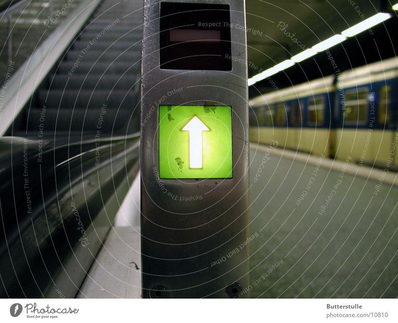 Rolltreppe aufwärts Verkehr Pfeil Bahnhof unterwegs Piktogramm