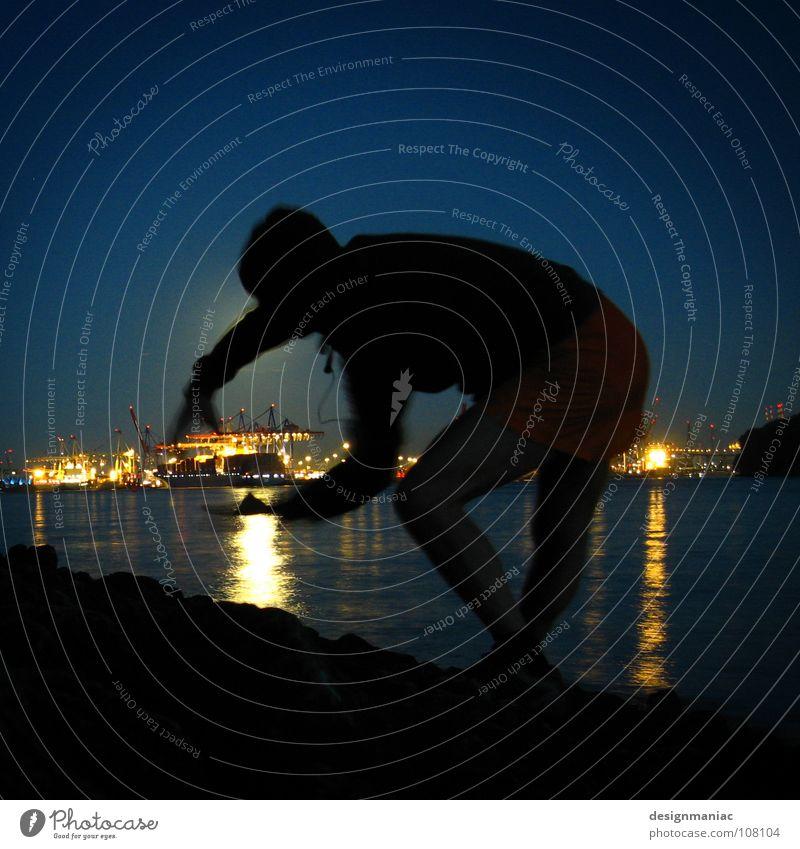 Monsterman attacks Hamburg Habor Nacht Mann Wasserfahrzeug Lampe dunkel Godzilla fangen groß klein Silhouette blau schwarz Kapuze sternenklar Industrie Hafen