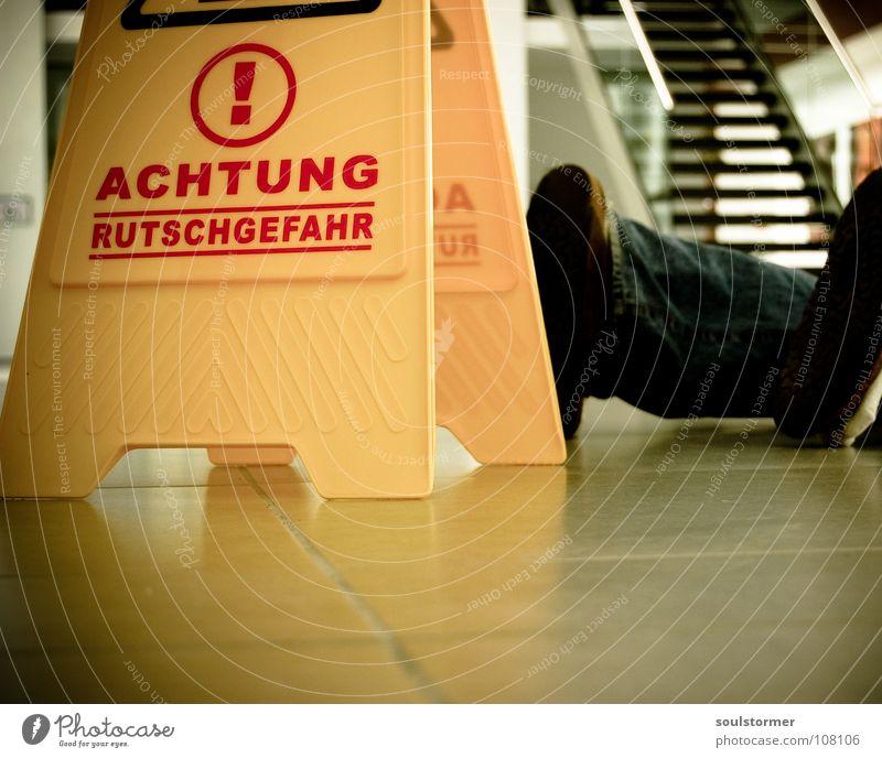 frisch gewischt Fuß Beine Schilder & Markierungen gefährlich stehen Bodenbelag bedrohlich liegen fallen Reinigen Wut Hinweisschild dumm Unfall Ärger Warnhinweis