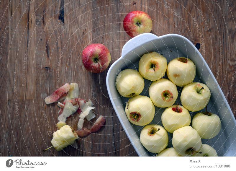 Apfeltag Lebensmittel Ernährung Bioprodukte Vegetarische Ernährung Diät Tisch lecker süß Gesunde Ernährung Auflauf Auflaufform Apfelkuchen Apfelschale häuten