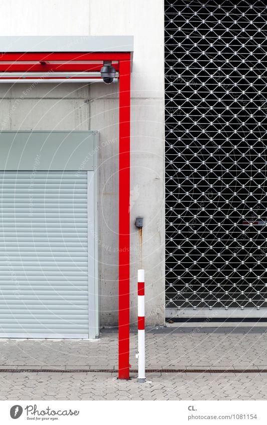 wenig los Mauer Wand Tor Einfahrt Verkehr Verkehrswege Gitter Poller Haltestelle Rollladen Wartehäuschen warten trist grau rot Langeweile stagnierend