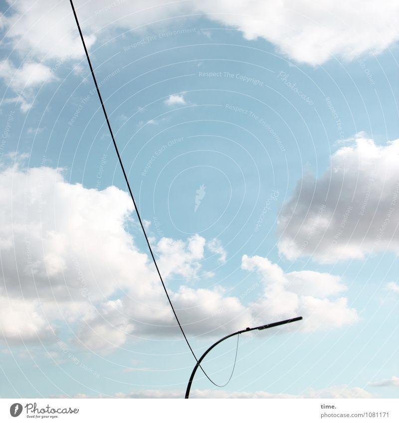 Leinenzwang Energiewirtschaft Leitung Straßenbeleuchtung Himmel Wolken Schönes Wetter hängen ästhetisch elegant Ordnung Perspektive Dienstleistungsgewerbe