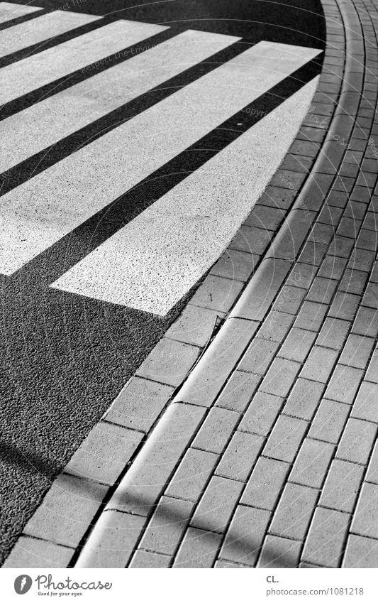 rhythmusgefühl Verkehr Verkehrswege Straßenverkehr Wege & Pfade Zebrastreifen Streifen Linie Ordnung Sicherheit Ziel Verkehrssicherheit Schwarzweißfoto