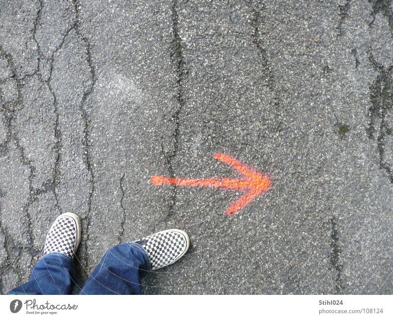 Richtungsänderung rot grau Denken Schuhe warten Beginn Zukunft Coolness Pause Hoffnung Neugier Asphalt Pfeil Konzentration Meinung