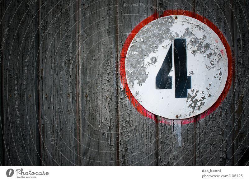 NUMB3R 4 II Ziffern & Zahlen Anordnung gebraucht alt verfallen Typographie weiß Holz schwarz rot grau sprühen Mitte Design Splitter Nagel Befestigung frontal