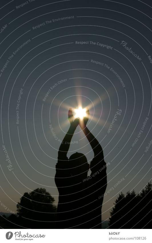 The sun in my hands Farbfoto Gedeckte Farben Außenaufnahme Experiment Schatten Kontrast Silhouette Reflexion & Spiegelung Lichterscheinung Sonnenstrahlen