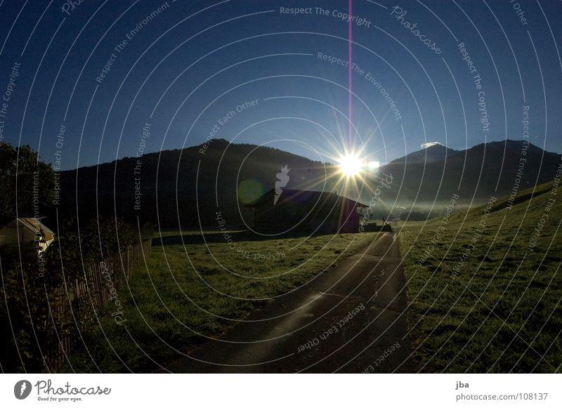 Morgenstimmung IV Himmel Sonne grün Straße Herbst Wiese Gras Berge u. Gebirge Garten nass feucht Scheune Hecke Stall Sonnenaufgang Gartenhaus