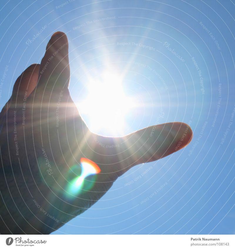 nach den sternen ... äh, der sonne greifen ! Hand Himmel Sonne blau Sommer Spielen Stern Stern (Symbol) fangen gegen greifbar