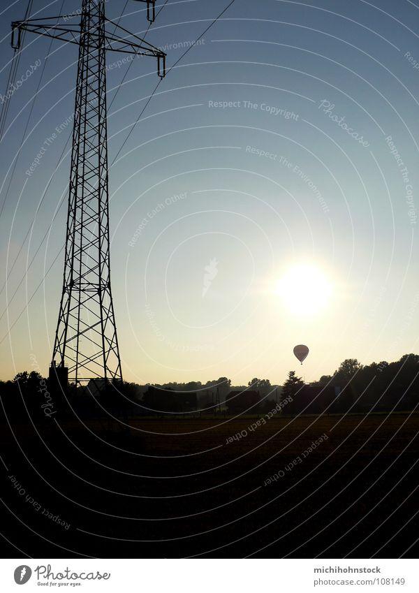 GasEnergie Elektrizität Strommast Dorf Feld Industrie Sonne Himmel blau Skyline Energiewirtschaft fliegen Kabel