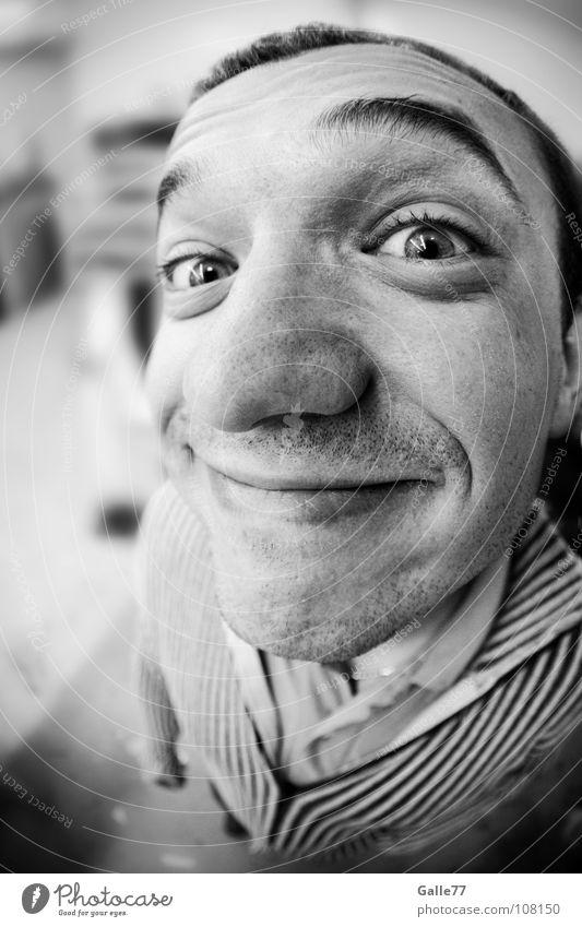 Erwischt!!! Porträt Mann lustig groß grinsen Leben Fröhlichkeit Humor geistreich positiv drollig Freude Unbekümmertheit direkt nah entdecken Fischauge Kopf