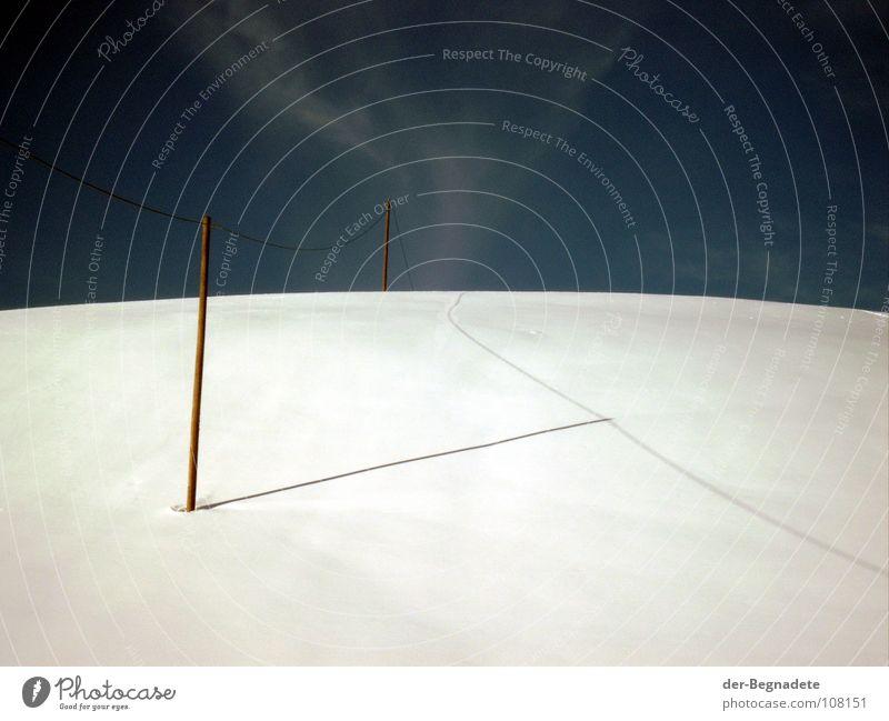 Kabelschatten Telefonleitung Hochspannungsleitung Winter Februar kalt Wolken Tiefschnee Neuschnee Telefonmast Winterurlaub Schneewandern Kanton Graubünden