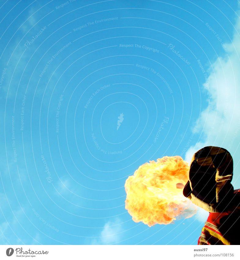 Der Himmel brennt Feuerschlucker Artist Jahrmarkt Attraktion brennen Physik spucken Kino Kunst Kunsthandwerk Kultur feuerspucken Gauckler Künstler