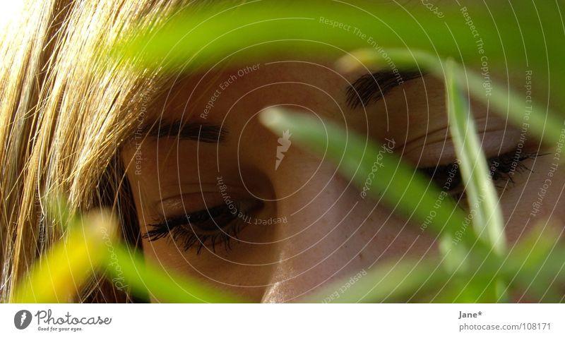 somedays sundays 1 Frau Natur grün schön Sommer ruhig Gesicht Auge Wiese Gefühle Gras Haare & Frisuren Denken braun Sehnsucht zart
