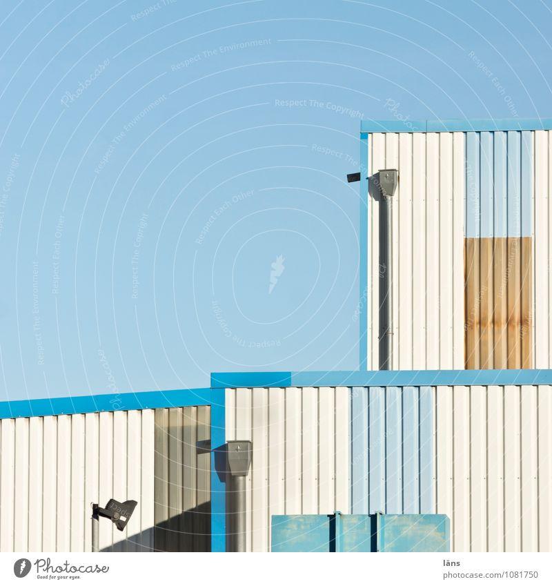 Beziehungskisten Himmel blau Haus Architektur Gebäude braun Linie hell Ordnung modern authentisch einzigartig Güterverkehr & Logistik Bauwerk Kontakt Fabrik