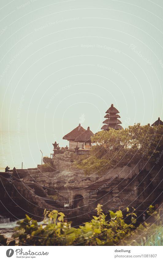 Pura Tanah Lot Hügel Felsen Bali Indonesien Kirche Bauwerk Gebäude Tempel Sehenswürdigkeit alt ästhetisch außergewöhnlich eckig exotisch fantastisch braun gelb