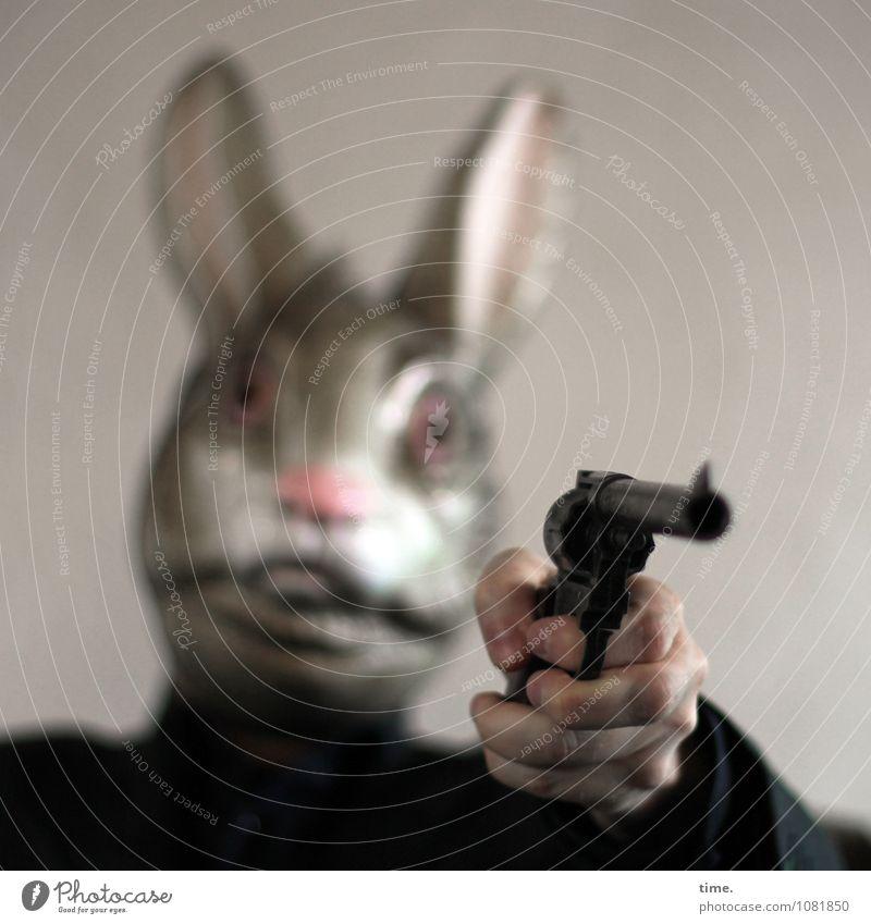 Missverständnis | dann rückt mal eure Eier raus ... Pistole Waffe Waffengewalt Schußwaffen Hand 1 Mensch Künstler Theaterschauspiel Maske Hase & Kaninchen Tier