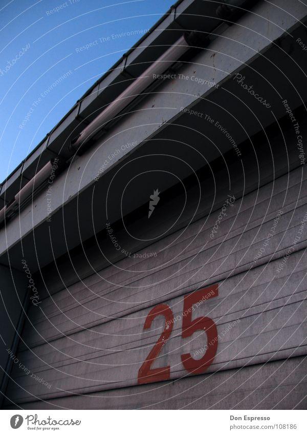 25 Fabrik Industrie Himmel Tor Tür Schriftzeichen Ziffern & Zahlen Linie blau 75 Garage Halle Lagerhalle Industriefotografie Mathematik aufmachen Fünfundzwanzig
