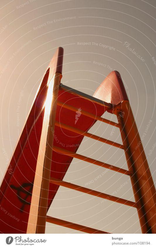 Da oben muss es sein Rutsche Spielplatz steigen Leitersprosse Froschperspektive Karriere festhalten Spielen Freizeit & Hobby Klettern hochsteigen hochklettern
