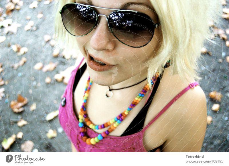 utes.stuten.schnute. Frau Blatt Straße Herbst Mund blond Arme rosa Nase Kreis Zähne Brille Kleid Kitsch Perle Kette