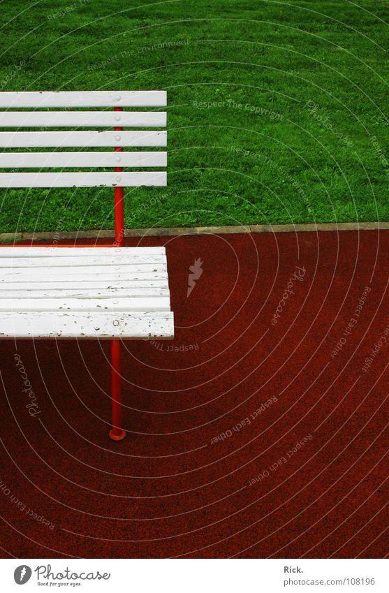 .Kontrastreiche Leere feucht Gras Horizont nass Design Einsamkeit grün Herbst Holz rot ruhig weiß Wiese trist gesättigt satt anschaulich Sitzgelegenheit