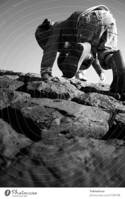 Puh! Gleich geschafft ... Kind Kleinkind Klettern Mauer Gummistiefel Stein Felsen Böschung Küste Hose rutscht