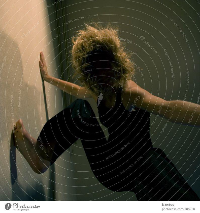 Gesichtslos Klettern Bergsteigen Mensch Frau Erwachsene blond träumen dunkel schwarz Langeweile Schmerz Angst Freeclimbing gesichtslos aufwärts aufstrebend