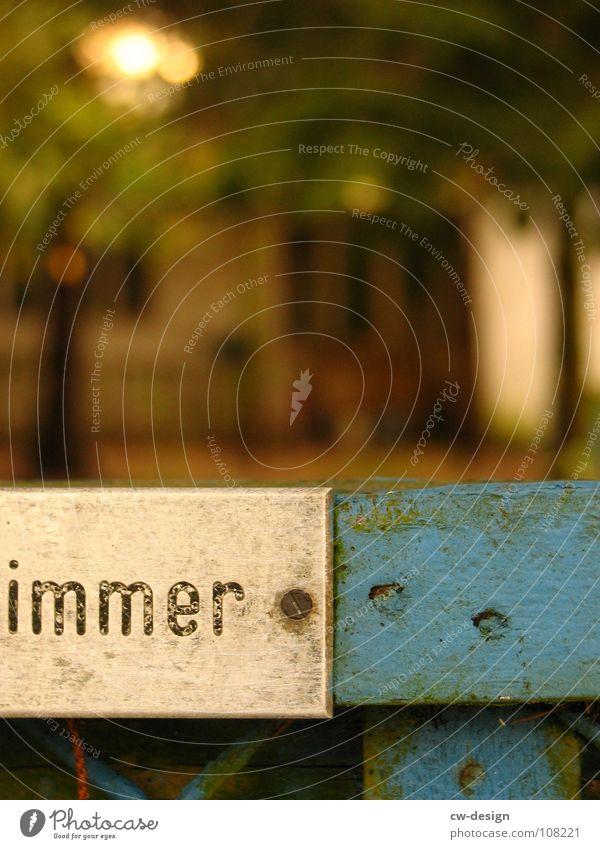 nie · blau Haus Garten Wege & Pfade Wohnung Schilder & Markierungen Schriftzeichen Vergänglichkeit verfallen Bauernhof Hinweisschild Zaun Typographie Barriere