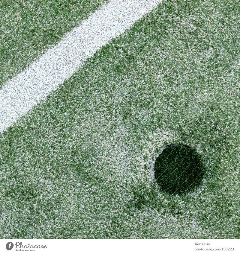 Ungleiches Paar Kunstrasen Fußballplatz weiß Streifen dunkelgrün rund graphisch Strukturen & Formen Geometrie Sand ankern Sport Sportplatz Spielen Verkehrswege