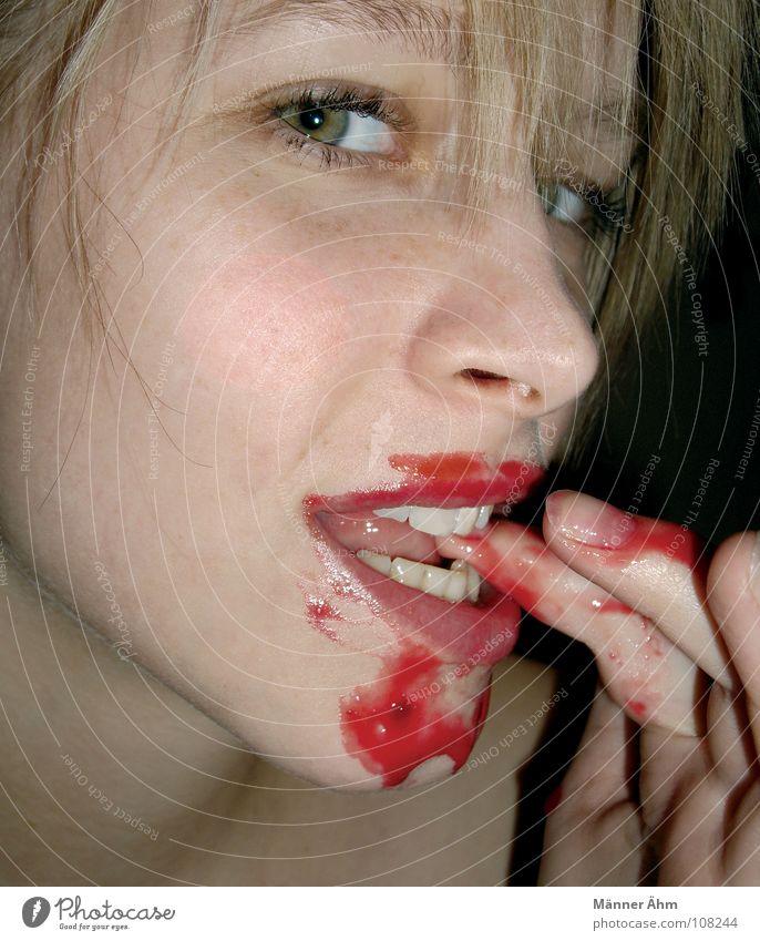 1357 - Schleckorgienende. Frau Hand rot Gesicht Auge Spielen Haare & Frisuren Lebensmittel Frucht Ernährung genießen gefährlich Finger trinken Leidenschaft