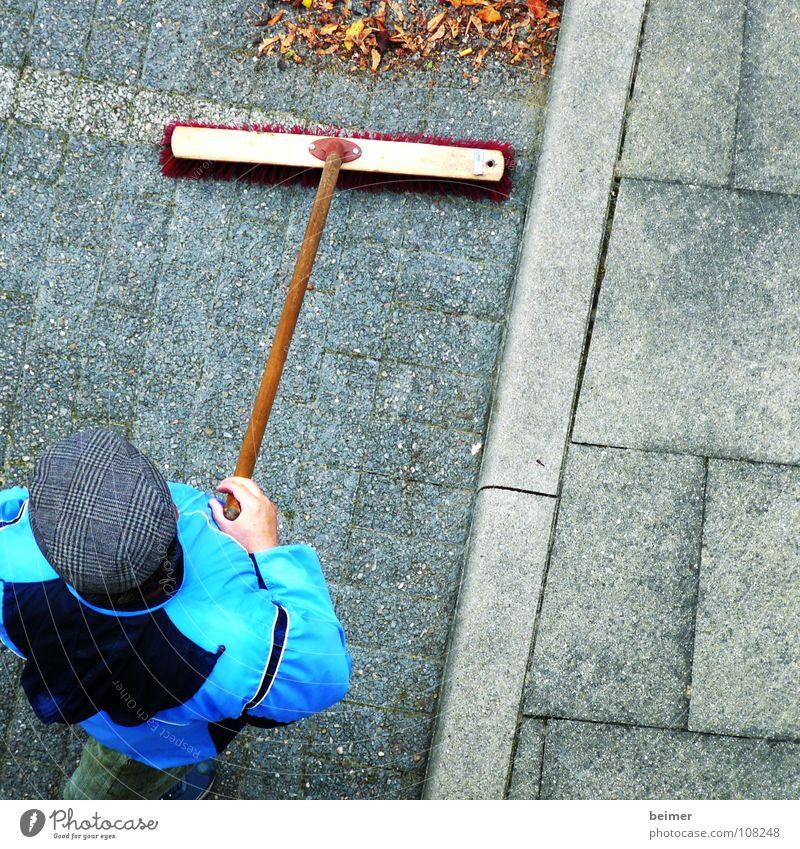 Hausmeister II Mann blau Blatt Arbeit & Erwerbstätigkeit Herbst Wege & Pfade Wetter Sauberkeit Reinigen Dienstleistungsgewerbe Mütze Parkplatz Besen Borsten