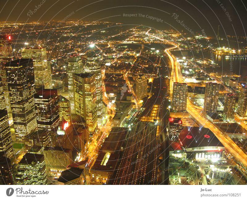glowing city Stadt Ferne Beleuchtung groß Hochhaus hoch Aussicht Skyline Kanada Stadtzentrum glühen Toronto CN Tower
