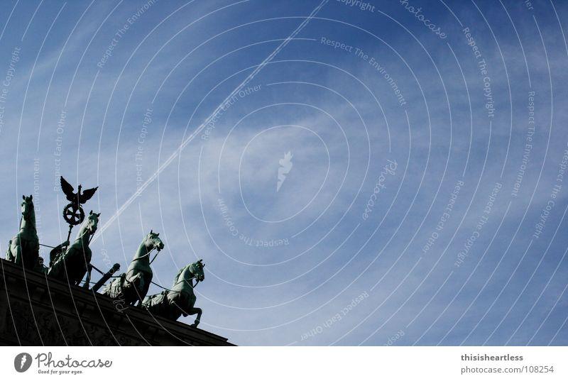 Abschuss Himmel blau Wolken Berlin Deutschland fliegen Flugzeug stehen Pferd historisch Vergangenheit Denkmal führen Tourist Fotografieren himmlisch