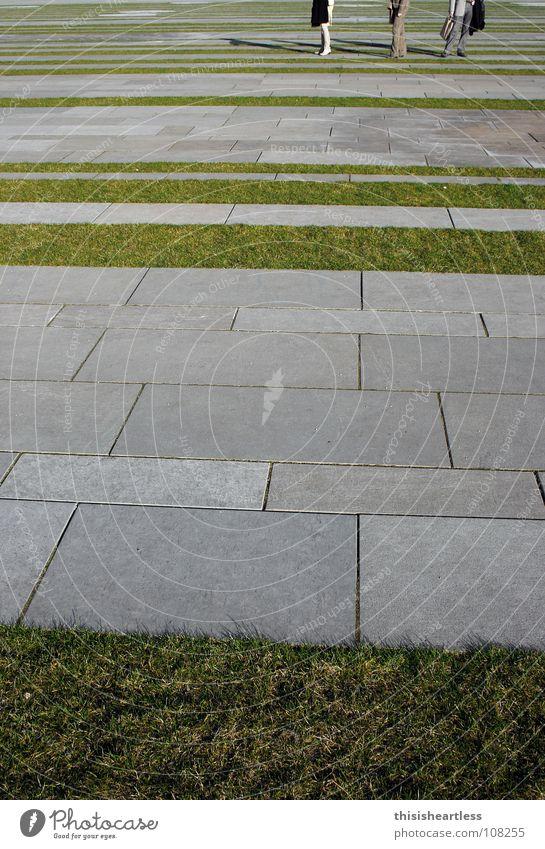 hmmm,.... was nun Mensch grün Arbeit & Erwerbstätigkeit Gras grau Rasen stehen Hemd Bürgersteig Langeweile unentschlossen ratlos Aktenkoffer