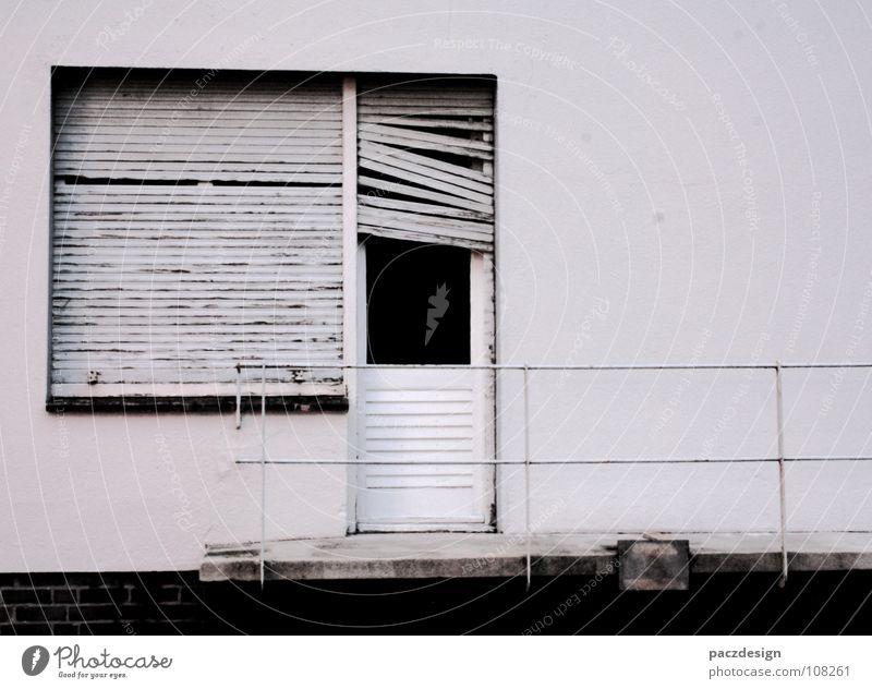 fenstertürlamellen weiß Eingang Fenster geschlossen kaputt Holz abblättern Wand Balkon dreckig Podest Jalousie Außenaufnahme körnig Schwarzweißfoto