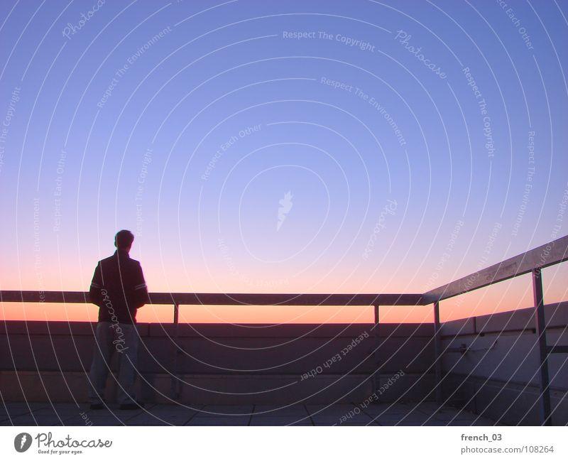 Goldener Herbst Mensch Mann Himmel blau rot ruhig Ferne Farbe Wand Freiheit Stein Mauer Denken Stimmung maskulin