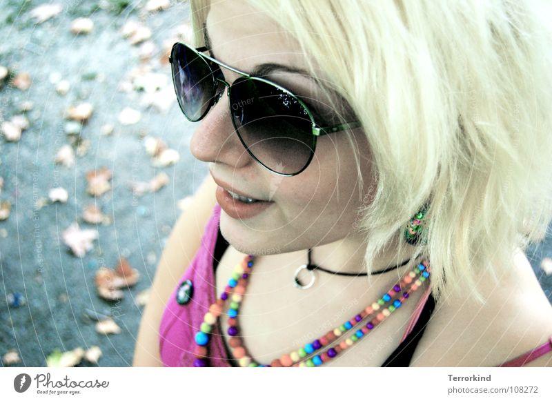 Len0r.la.Waschmaschinen.Woman. Frau Freude Blatt Straße Herbst Glück lachen Mund blond Arme rosa Nase Zähne Brille Kleid Kitsch