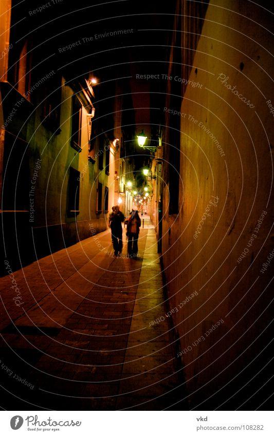 bari gothic barcelona Mensch Farbe dunkel Paar braun Zusammensein paarweise Eingang Verkehrswege Barcelona spät Ausgang Gasse