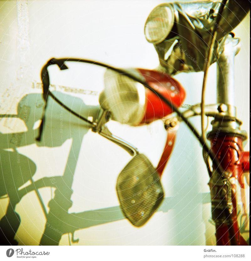 Scheese Wand kaputt Fahrrad Schrott fahren fallen Lampe Reflektor Stahl weiß Klebeband kleben angeklebt Plakette Hannover Lomografie Freizeit & Hobby Schatten