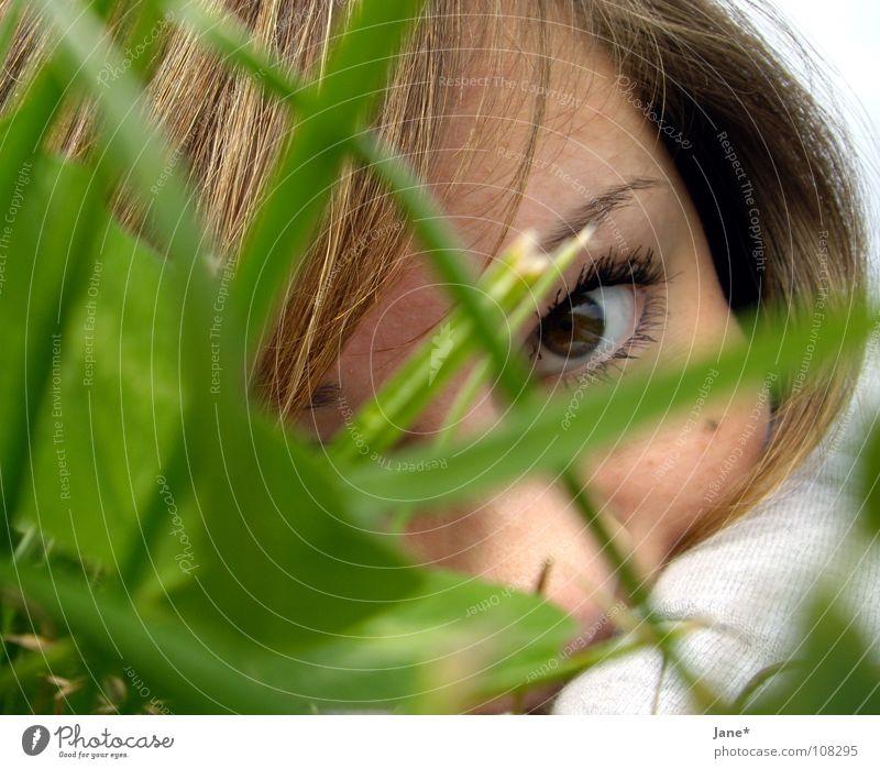 look Frau Natur grün schön Sonne Sommer Gesicht Auge Wiese Gefühle Gras Haare & Frisuren Denken braun Sehnsucht zart