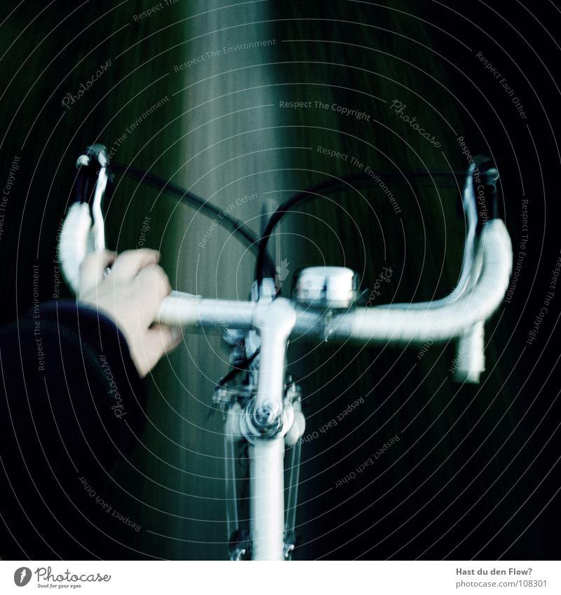 Abwege Fahrrad Rennrad weiß Hand Alptraum Fußweg falsch kaputt schwarz einhändig Geschwindigkeit Finger Panik Fahrradlenker Horn Klingel Bremse mit einer Hand