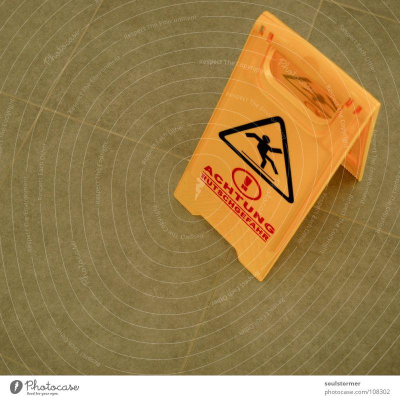 stehenbleiben! Rutschgefahr Ausrufezeichen ausrutschen Unfall gefährlich Wischen Reinigen Schlappen Sandale Bodenbelag Neubau umgefallen dumm Haushalt Handwerk