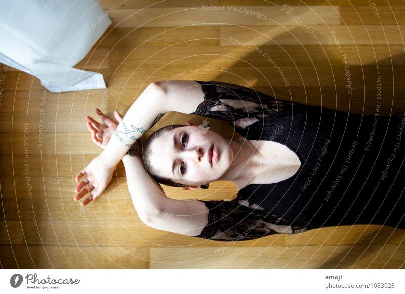 open-minded feminin androgyn Junge Frau Jugendliche 1 Mensch 18-30 Jahre Erwachsene liegen einzigartig Farbfoto Innenaufnahme Tag Vogelperspektive Oberkörper